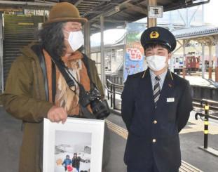 8年ぶりに再会し、佐々木翔太さん(右)の「運転士になる」との夢実現へエールを送った中井精也さん