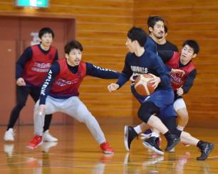 「一戦必勝で戦う」と意気込み、紅白戦で俊敏な動きを見せる岩手ビッグブルズの選手たち=雫石町営体育館