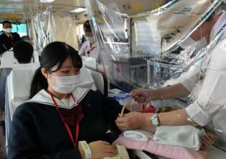 献血に協力する一関修紅高の生徒
