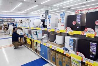 加湿器売り場で商品を整理するスタッフ。例年の2倍以上の売り上げとなっている=ケーズデンキ盛岡南店