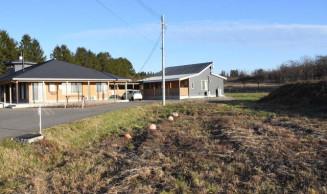 新たな活用策が検討される七ツ森地域交流センター周辺の町有地=27日、雫石町沼返