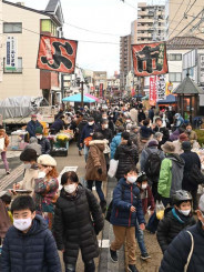 今季最終日を迎えたよ市の会場。買い物客も出店者もマスクを着用して感染症対策を徹底した