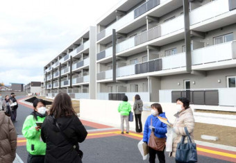 完成間近の住宅を見学し、部屋の希望を検討する入居予定者ら