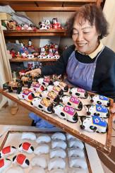 明るい新年を願い、丑の花巻人形作りに励む平賀恵美子さん=30日、花巻市桜町