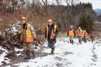 巻き狩りをしに山に入る盛岡猟友会員。クマを里に近づけないためには狩猟だけでなく生態を踏まえた防除策も必要だ=盛岡市川目