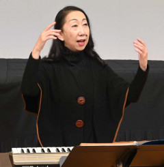 長年にわたる合唱指導の功績が評価された村松玲子さん=1日、矢巾町・不来方高