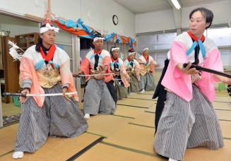 サントリー地域文化賞に選ばれた三陸国際芸術祭のプログラム。昨年2月には宮古市の地元神楽保存会のメンバー(右)からインドネシアの芸能団体が指導を受けた