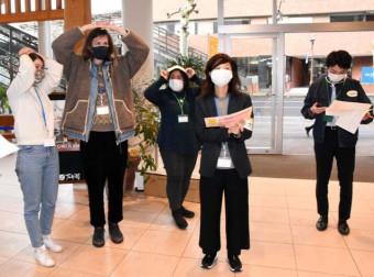 「やさしい日本語」を使って災害時を想定した避難訓練を行う留学生ら=3日、盛岡市大通・クロステラス盛岡