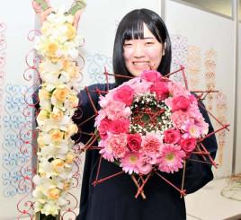 全国大会に出品した花束とブライダルブーケを手に、国際大会を見据える小泉玲那さん