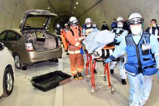 13日開通する押角トンネル内で、事故を想定し救急救助訓練を行う消防関係者