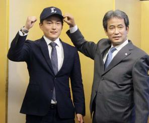 西武との入団交渉を終え、撮影に応じるNTT東日本の佐々木健投手。右は西武の潮崎編成グループディレクター=6日、東京都港区