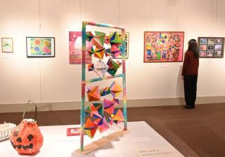 多彩な作品が並ぶ展示会場
