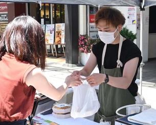 6月に初開催された「お弁当パラダイス」。来場者は各店自慢の弁当を買い求めた=2020年6月