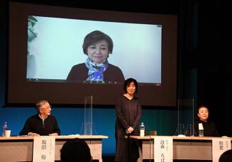 舞台「岬のマヨイガ」記者発表に臨む(右から)柏葉幸子さん、詩森ろばさんと、リモートで登場した竹下景子さん=7日、盛岡市鉈屋町