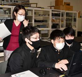 藤崎聡美さん(左奥)の助言を受けスライドを作製する生徒
