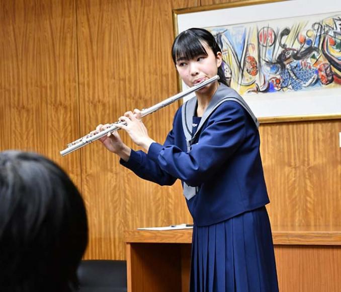 高橋敏彦市長らの前で「日本一」の音色を奏でる岡本梨奈さん