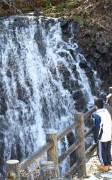 「鬼滅の刃」ファンの間で人気を集めている「うろこ滝」=二戸市浄法寺町