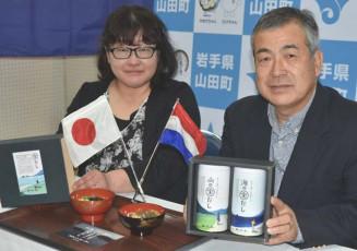 山田町内の生産者が原材料の野菜を提供し、完成した「海の宝だし」と「山の宝だし」