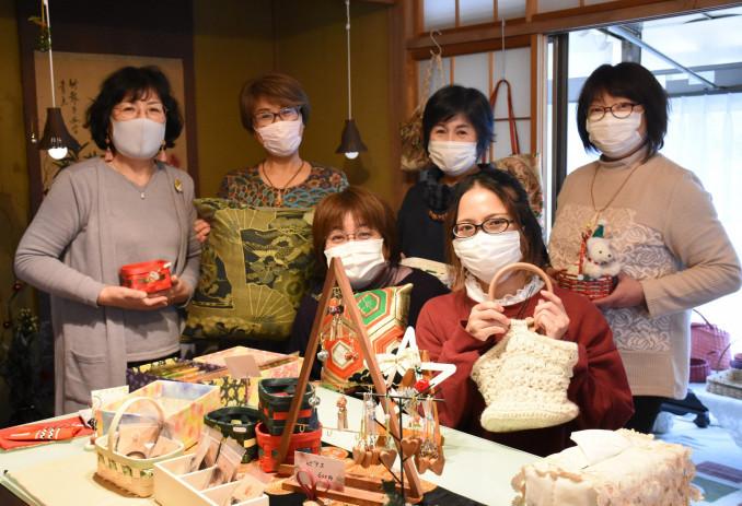 創作サークル「ぬくみの会」を立ち上げた円子理江子会長(後列左から2人目)とメンバーら