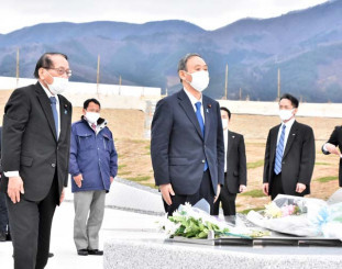 高田松原津波復興祈念公園で花を手向ける菅義偉首相=10日、陸前高田市気仙町