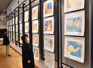 宮沢賢治作品をモチーフにした多彩な絵画が並ぶ会場