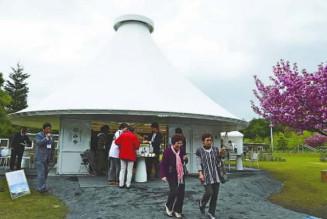 仮設団地内に整備された円すい状の屋根が特徴的な「平田みんなの家」。住民の憩いの場や来訪者の受け入れ拠点となり、大勢が利用した=2012年5月