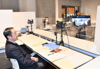 海外の津波博物館長らと意見を交わす熊谷正則副館長(左)=12日、陸前高田市