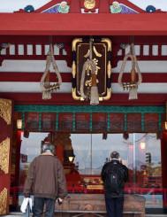 鈴の緒が上部でくくられた盛岡八幡宮の拝殿正面。コロナの影響で初詣も新たな様式となりそうだ=盛岡市八幡町