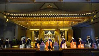 保存修理工事を終え、輝きを取り戻した中尊寺金色堂=15日、平泉町平泉