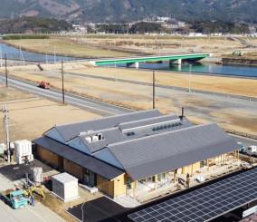 16日から通行可能となる姉歯橋(中央奥)。手前の建物はカモシー