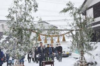 伝統の門松完成を祝う関係者ら