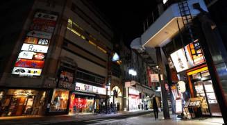 人通りがまばらな大通商店街。会食を控える動きが広がっている=17日午後6時32分、盛岡市大通