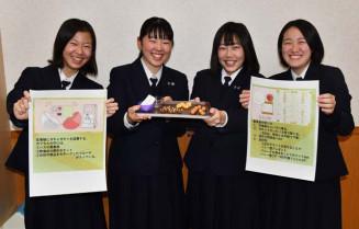 「ガチャガチャ」に地域活性化のアイデアを詰め込んだ(左から)佐々木優希さん、多田葵さん、八重樫美空さん、千葉愛佳さん