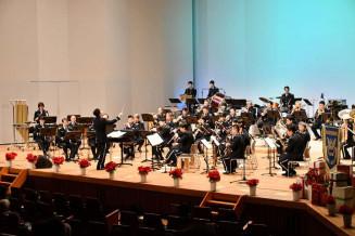 迫力ある演奏で聴衆を魅了する航空中央音楽隊の隊員