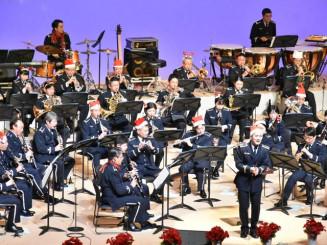 クリスマスに合わせた姿で楽しい演奏を披露する航空中央音楽隊