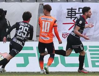 長野-岩手 後半10分、先制点を挙げて駆けだす岩手のFWモレラト(右)=長野市・長野Uスタジアム