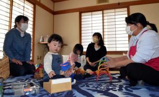 佐藤美代子代表(右)に子育ての不安を相談する母親たち=花巻市下幅