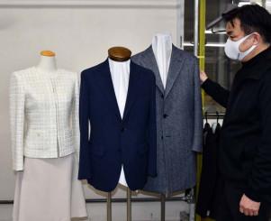 一戸町のふるさと納税返礼品に追加した銀座山形屋のスーツやコート。首都圏などからの申し込みが集中している