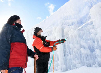 氷の洞窟をつくるための放水作業。「氷のテーマパーク」整備へ準備が進む
