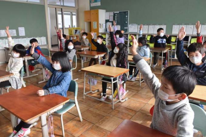 担任の呼び掛けに、元気よく返事をする児童=22日、一関市花泉町・永井小