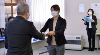 山下欽也社長から認定証を受け取る山田茉未(岩手中央農協)