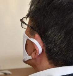 政府が優先配布した布マスク。ひもに伸縮性がなく、使えない人がいた