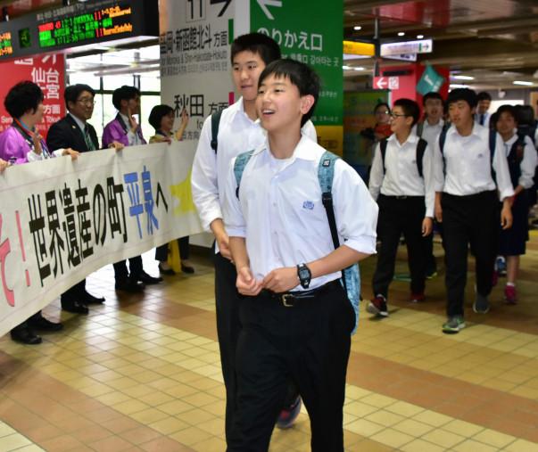 横断幕での出迎えに笑顔で応える神奈川県の中学生たち
