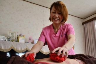 開業に向け「オンセラ療法」の体験施術に励む及川泉さん