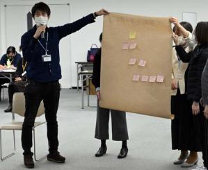 高次脳機能障害のピアサポーター養成講座で発表する阿部類さん(左)。当事者の立場から支援活動に力を注ぐ=盛岡市・県自治会館