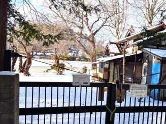 入り口のゲートが閉ざされた高松芝水園。有効活用を望む声も上がっている