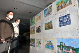 オランダから47年ぶりに戻った子どもたちの絵画。佐藤勉会長(左)らは作者の情報を募る