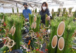 新年への願いを込め、製作が進む門松=25日、一関市花泉町・花と泉の公園