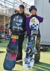 練習の間に笑顔を見せる岩渕麗楽(右)と浅沼妃莉