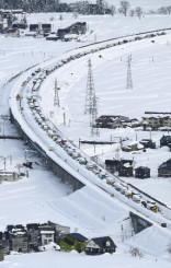 新潟県の関越自動車道上り線で立ち往生した車列=12月18日(共同通信社ヘリから)